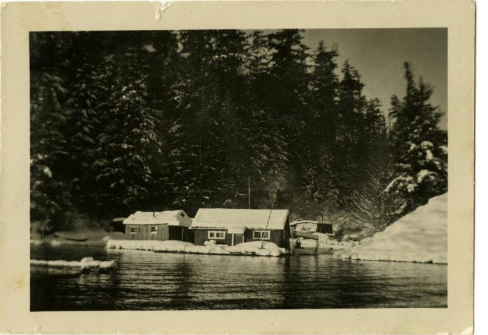 Florence and Fred Benson's float house, Granite Bay (VMM71.36)